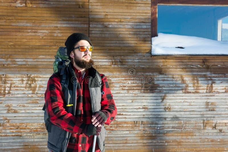 Бородатый hiker перед бревенчатой хижиной стоковое изображение rf