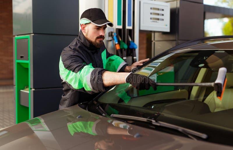 Бородатый windscreen стирки человека современного автомобиля стоковая фотография