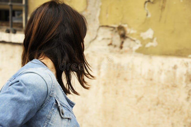 Бороться женщины, бегущ прочь, поворачивая страницу Насилие против женщин, концепция злоупотреблением женщины стоковая фотография