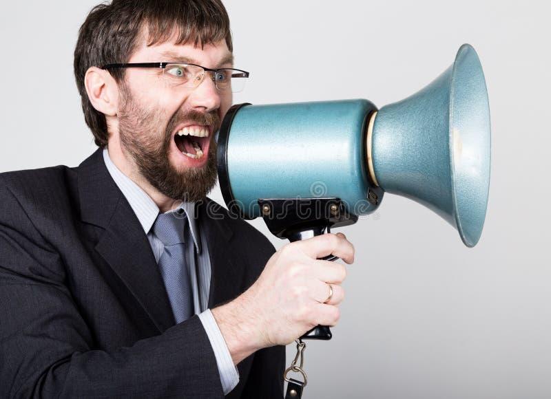 Бородатый бизнесмен выкрикивая через портативный магнитофон Связи с общественностью человек выражает различные эмоции фото детены стоковые фото