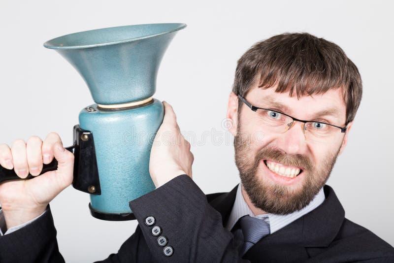 Бородатый бизнесмен выкрикивая через портативный магнитофон Связи с общественностью человек выражает различные эмоции фото детены стоковое фото rf