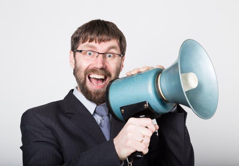 Бородатый бизнесмен выкрикивая через портативный магнитофон Связи с общественностью человек выражает различные эмоции фото детены стоковые изображения rf