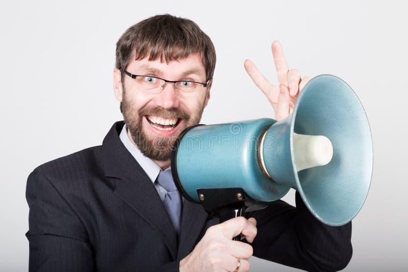 Бородатый бизнесмен выкрикивая через портативный магнитофон Связи с общественностью человек выражает различные эмоции фото детены стоковое изображение rf