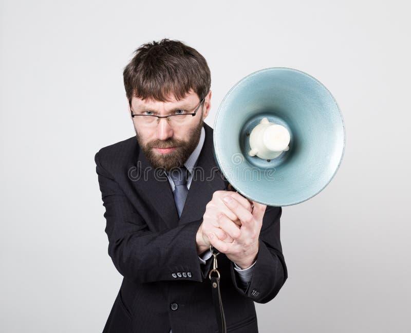 Бородатый бизнесмен выкрикивая через портативный магнитофон Связи с общественностью человек выражает различные эмоции фото детены стоковое изображение