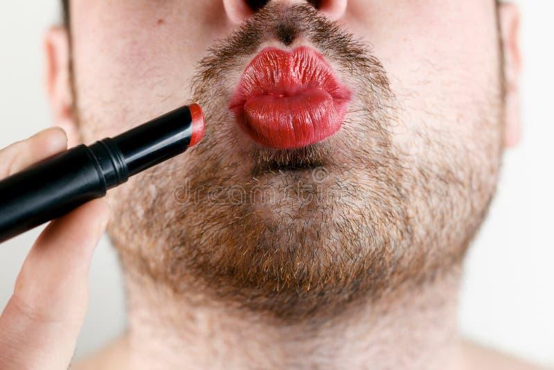 Бородатый гомосексуалист человека составляет губы с губной помадой стоковое фото