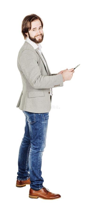 Бородатый молодой бизнесмен используя цифровую таблетку Isolat портрета стоковые изображения rf