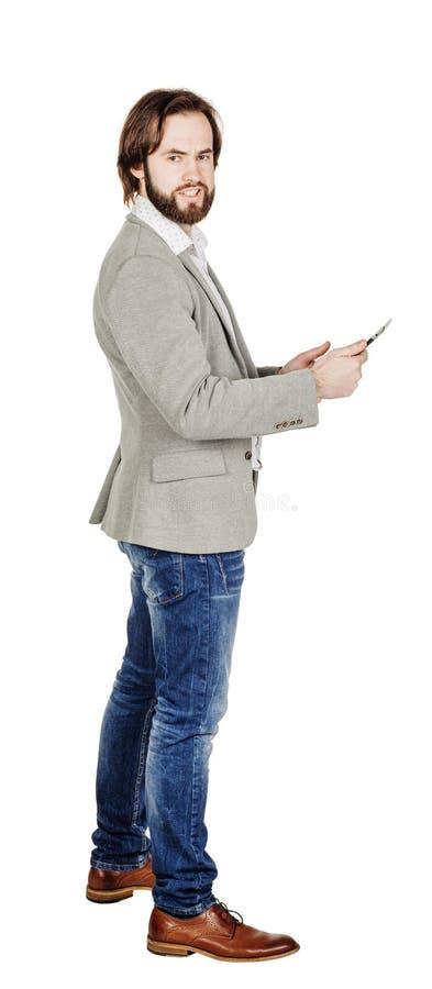 Бородатый молодой бизнесмен используя цифровую таблетку Isolat портрета стоковые фото