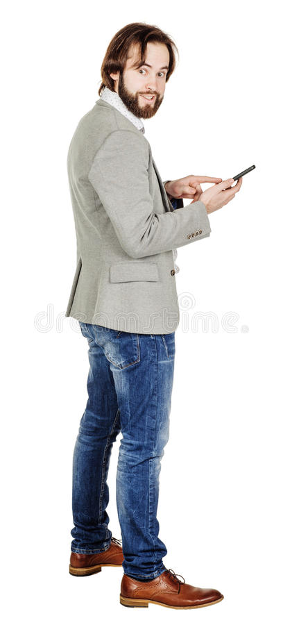 Бородатый молодой бизнесмен используя smartphone o изолированный портретом стоковые изображения rf