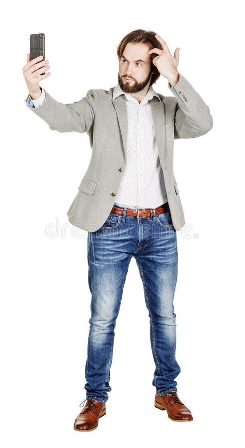 Бородатый молодой бизнесмен принимая усмехаться selfie isola портрета стоковые фотографии rf