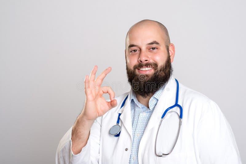 Бородатый доктор в белом пальто совсем справедливо стоковые изображения rf