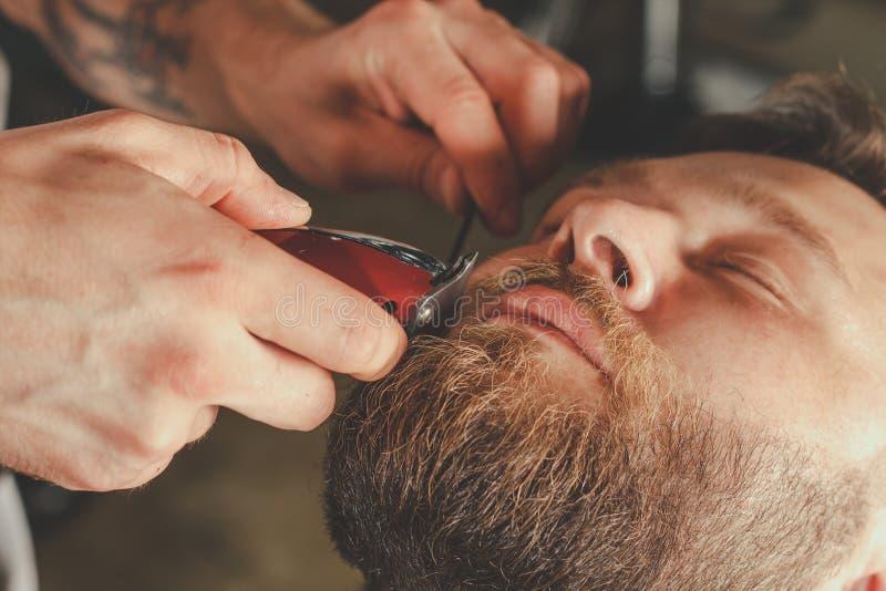 Бородатый человек в парикмахерскае стоковая фотография