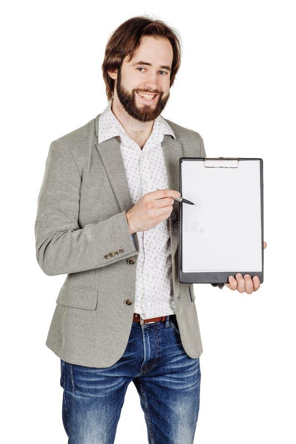Бородатый человек держа папку документа и указывая его ручка на стоковые изображения rf