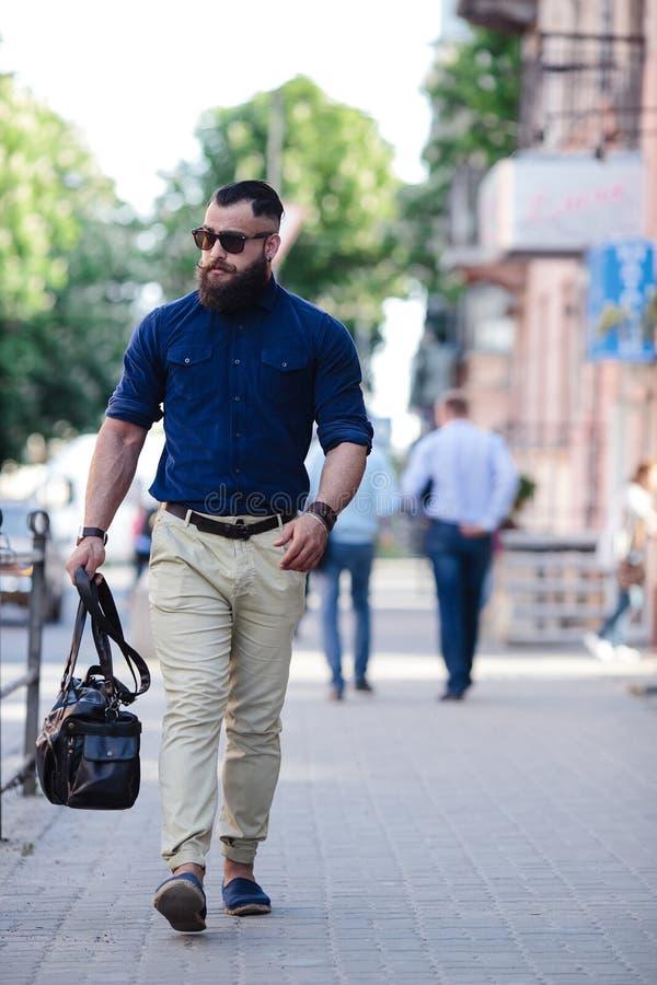 переводе исландского случайные фото мужчин на улице фото дружный