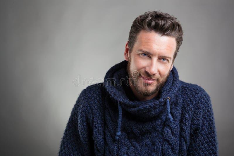 Бородатый человек нося голубой свитер стоковое фото rf