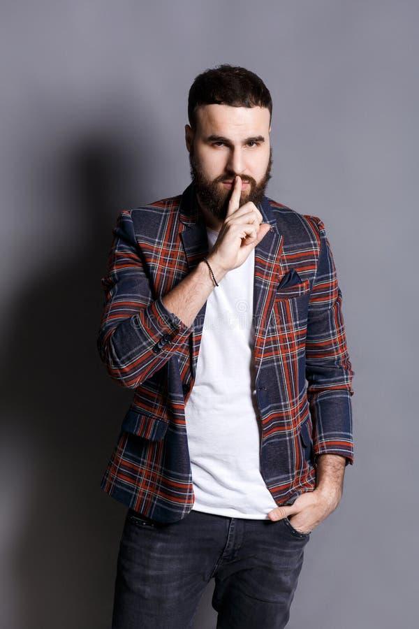 Бородатый человек показывает что hush тих стоковое изображение