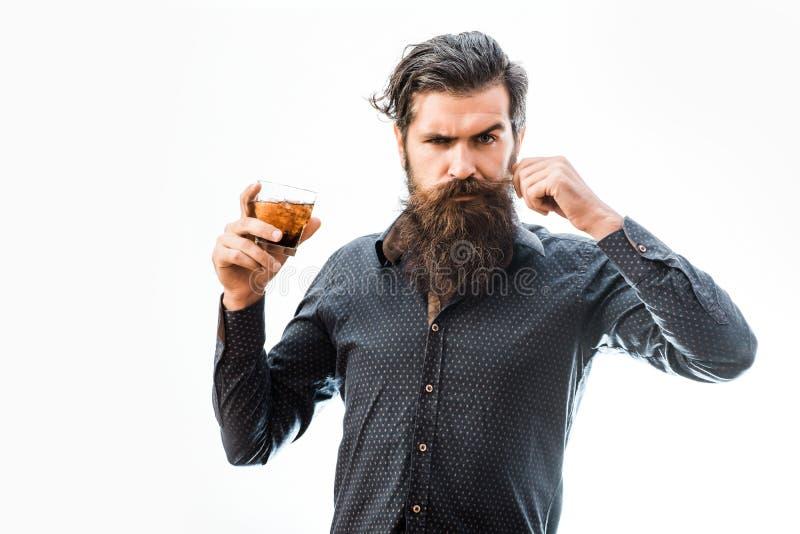 Бородатый человек с вискиом стоковое фото