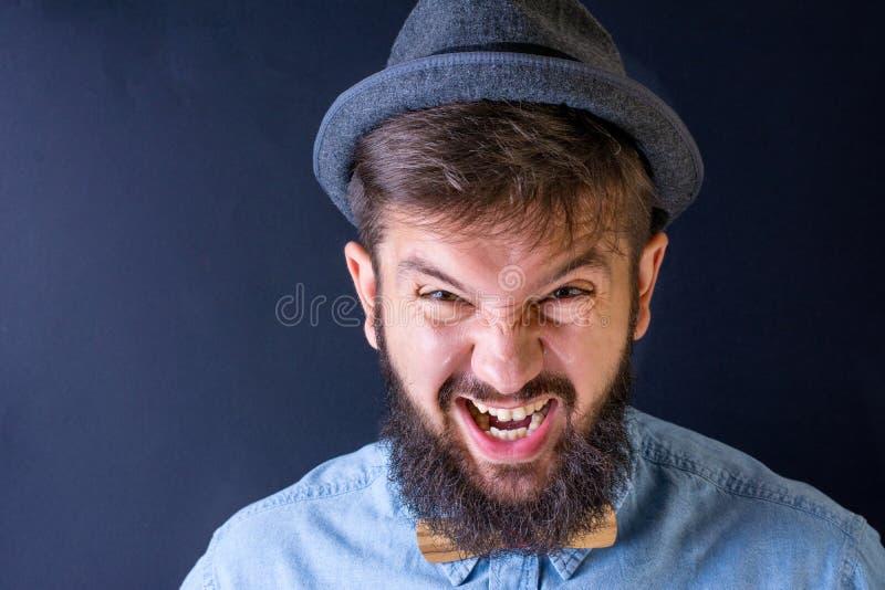 Бородатый человек yealing стоковая фотография rf