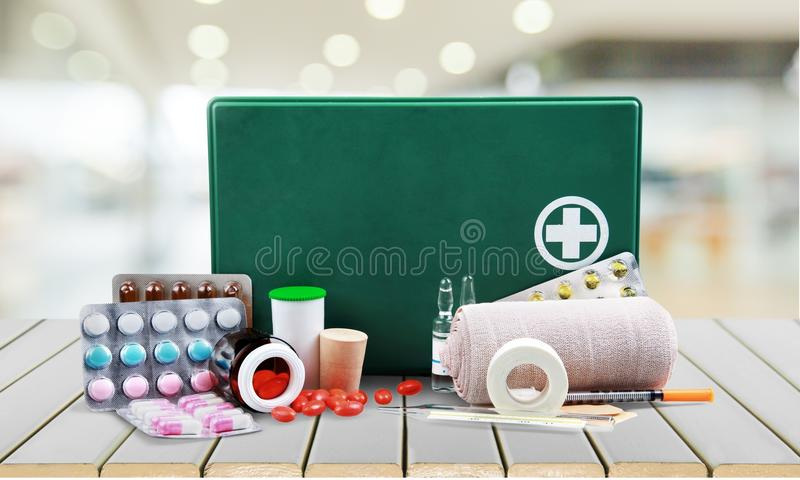 Бортовая аптечка с медицинскими поставками на свете стоковое изображение rf