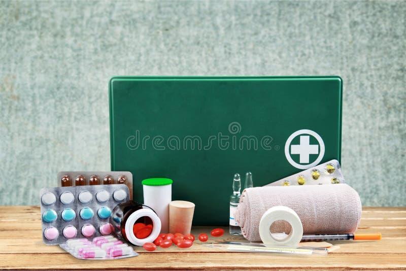 Бортовая аптечка с медицинскими поставками на свете стоковые фото