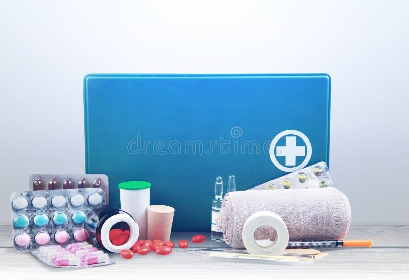 Бортовая аптечка с медицинскими поставками на свете стоковая фотография rf