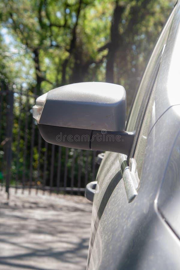 Бортовое зеркало на грязном автомобиле стоковое изображение rf