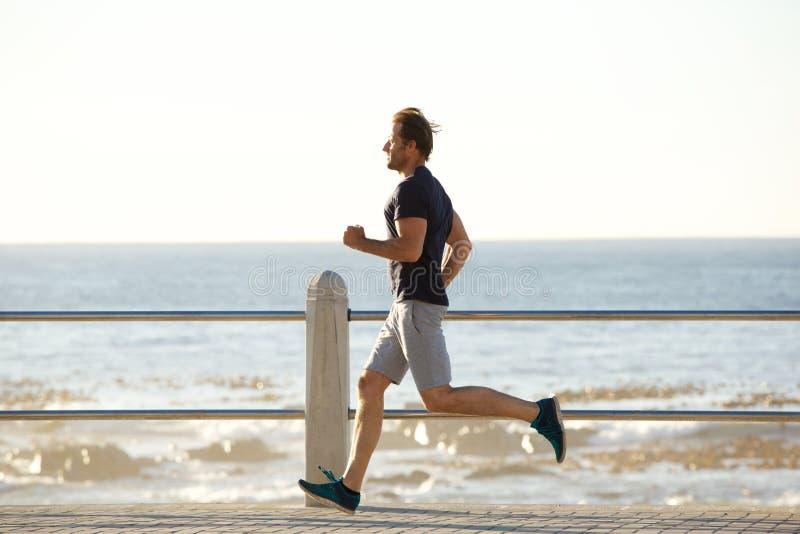 Бортовой портрет активного человека бежать морским путем стоковые изображения rf