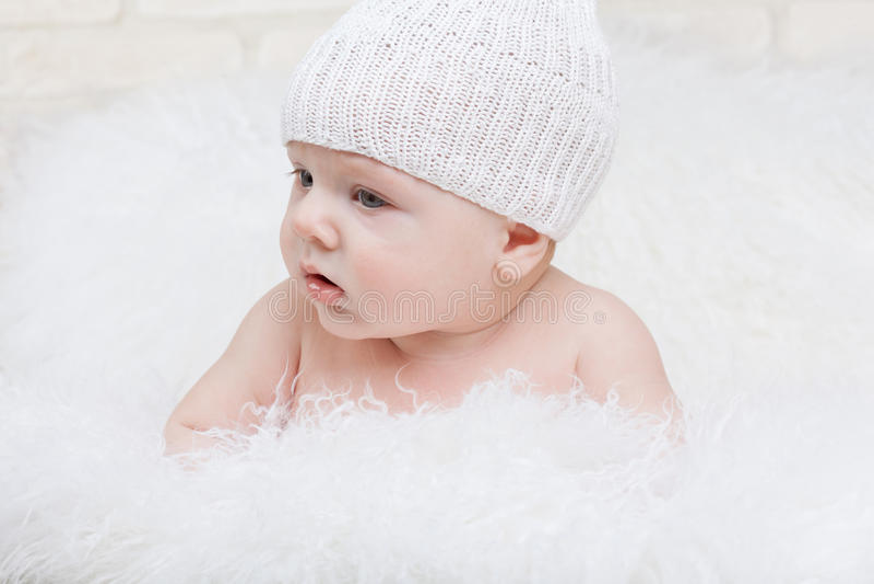 Бортовой портрет сконцентрированного младенца стоковые изображения