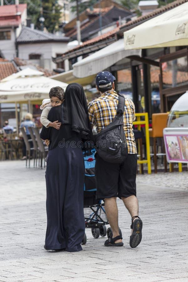 Боснийская мусульманская семья идя в улицу стоковые изображения rf