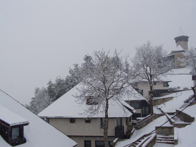 Боснийское село и замок в шторме снежка стоковые изображения rf