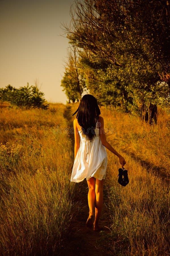 босоногая белизна девушки поля платья стоковые изображения rf