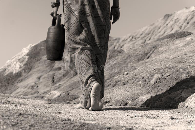 Босоногая женщина с кувшином стоковые фото