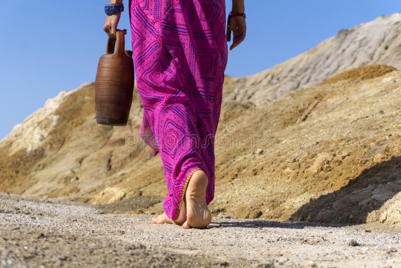 Босоногая женщина с кувшином стоковое фото