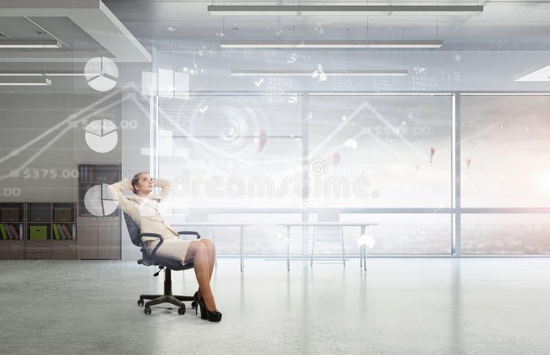 Download Босс дамы в стуле офиса Мультимедиа Стоковое Изображение - изображение насчитывающей женщина, успех: 81809423