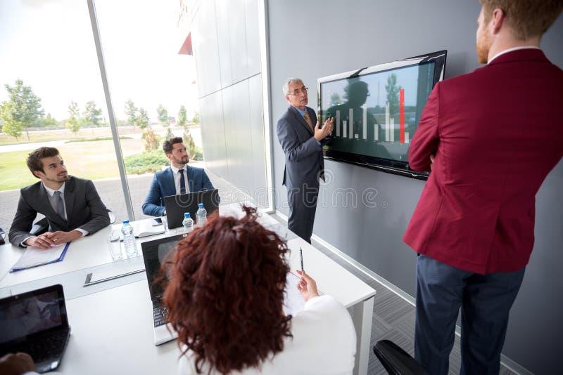 Босс анализируя диаграмму на встрече стоковая фотография