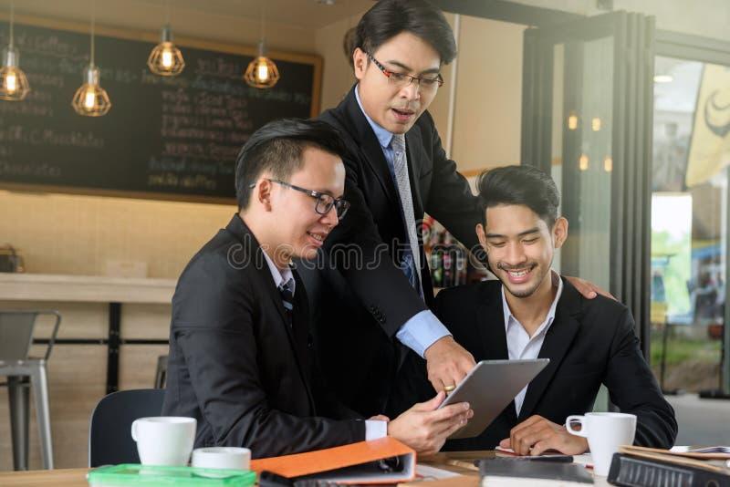 Босс бизнесмена тренируя команду таблеткой стоковые фотографии rf