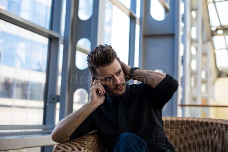 _босс вызывать через телефон стоковое фото rf