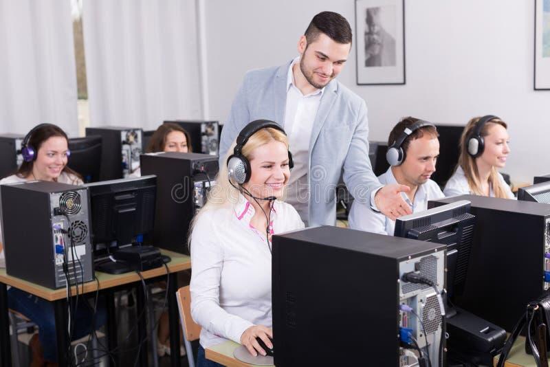 Босс и его команда центра телефонного обслуживания на офисе стоковое изображение rf