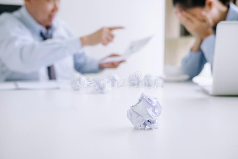 Босс и исполнительный стресс чувства команды и серьезное дела терпеть неудачу, спора команды отказа и вымотанного с проблемами с  стоковое фото rf