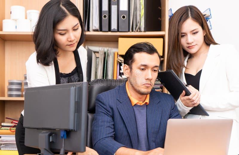 Босс и секретарша усиливают вне с отчет о финансов дела стоковая фотография rf