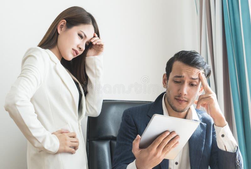Босс и секретарша усиливают вне с таблеткой отчет о финансов дела стоковые фото