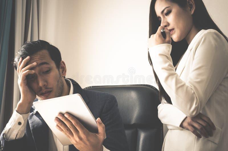 Босс и секретарша усиливают вне с таблеткой отчет о стоковое изображение rf