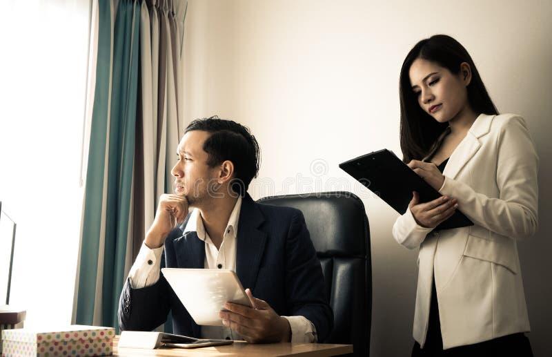 Босс и секретарша усиливают вне с таблеткой отчет о стоковая фотография rf