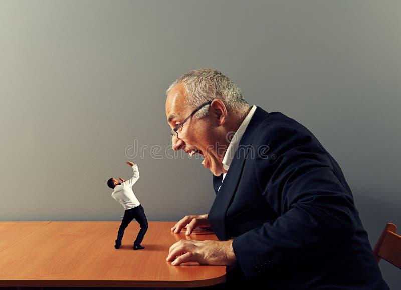 Босс кричащ на плохом работнике стоковое фото rf