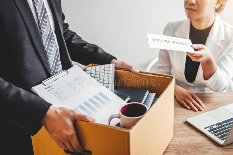 Босс отправляет уведомление об отставке в бизнесмена усиливая для прекращенный работе пакуя коробку и выходя офис, безропотность стоковые изображения rf