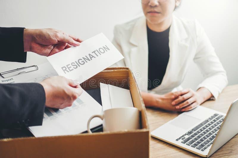 Босс отправляет уведомление об отставке в бизнес-леди усиливая для прекращенный работе пакуя коробку и выходя офис, безропотность стоковые изображения