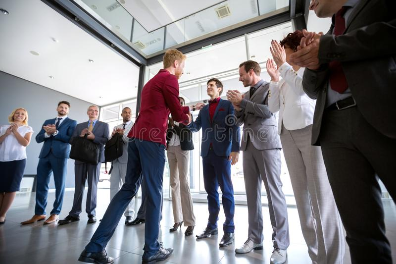 Босс поздравляет к его работодателю стоковые фото