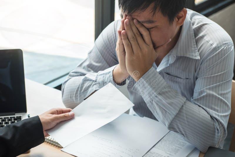 Босс работодателя отправляя письмо вознаграждения в бизнесмена для того чтобы уволить контракт, изменяя и отказывая от концепции  стоковое фото