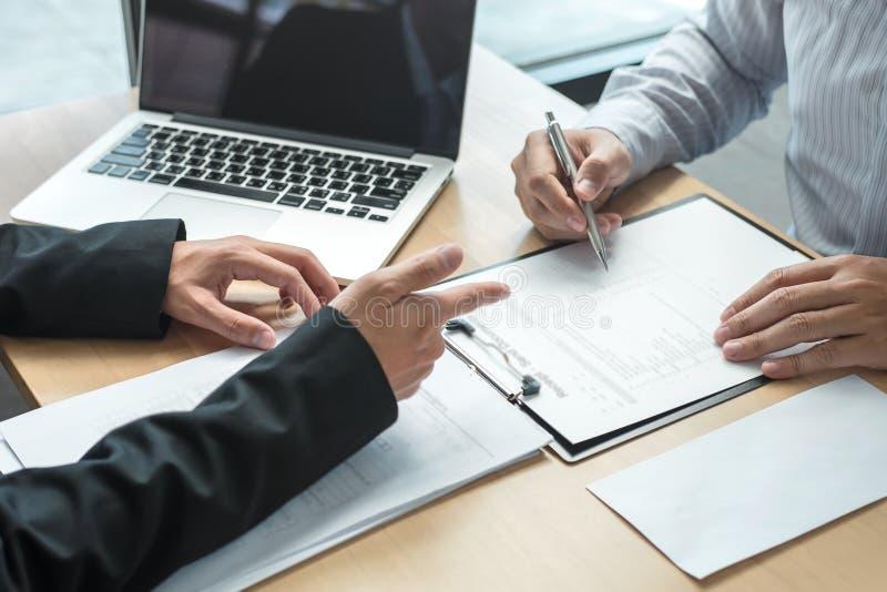 Босс работодателя отправляя письмо вознаграждения в бизнесмена для того чтобы уволить и подписывая контракт, изменяя и отказывая  стоковое изображение