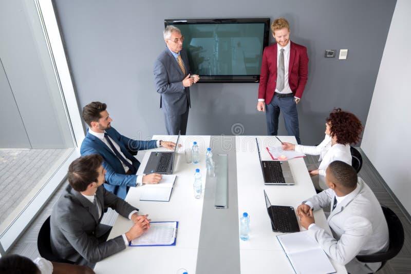 Босс с дисками менеджера о статистике стоковая фотография