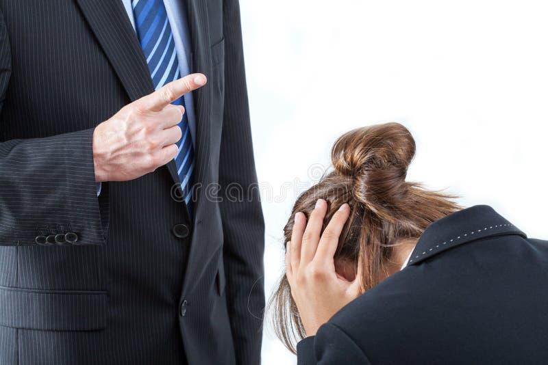Босс угрожая его работника стоковая фотография rf